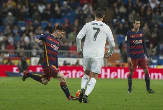 Messi chuta ante Cristiano Ronaldo, en el Bernabéu.