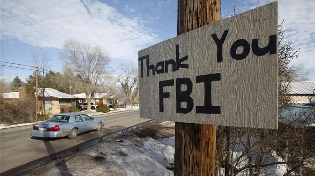 Un letrero colgado cerca del lugar donde se atrincheró el grupo de extrema derecha agradece la acción del FBI.