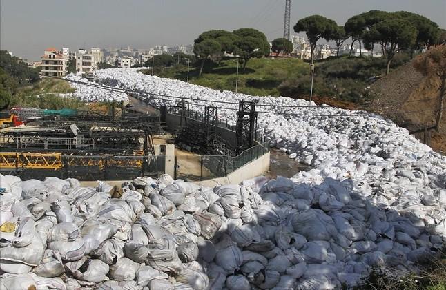 Montaña de basura apilada a lo largo de una calle de Al Fanar, en Beirut, este viernes.