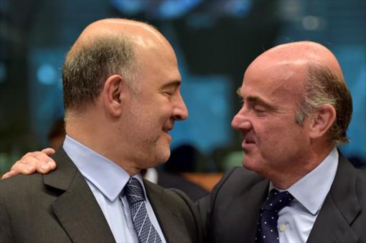 El comisario europeo de Finanzas, Pierre Moscovici, y el ministro de Economía, Luis de Guindos, en Bruselas.