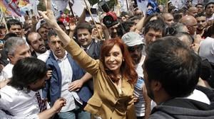 La expresidenta argentina, Cristina Fernández de Kirchner, saluda a sus seguidores tras declarar ante el tribunal.