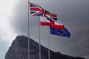 La Union Jack ondea en el Peñón junto a las banderas gibraltareña y de la UE.
