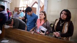 zentauroepp37997635 tanta egypt 09 04 2017 egyptians look in shock at the s170409182710
