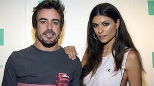 Fernando Alonso posa junto a su novia, la modelo italiana Linda Morselli