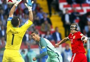 Cristiano Ronaldo bate a Afinkeev en el primer tiempo del partido disputado en Moscú