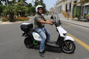 Sant Feliu del Llobregat. Un técnico prueba la moto eléctrica de Scutum.