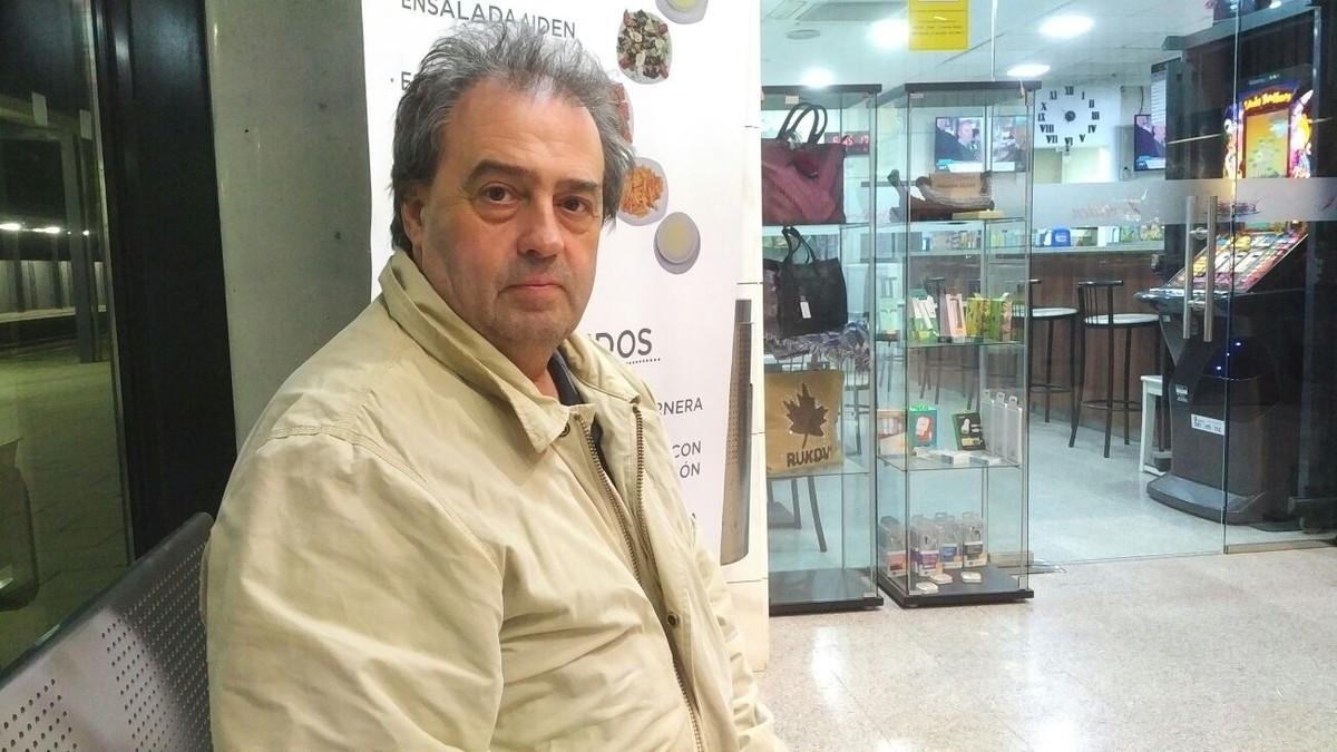 Antonio Torres, dueño de la cantina de la estación de Sant Andreu de Llavaneres, sentado justo delante del establecimiento.
