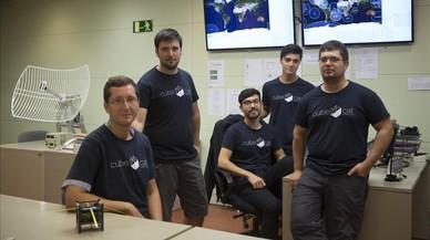 El profesor Adriano Camps (izquierda) y otros j�venes miembros del equipo del NanoSat Lab de la UPC que ha desarrollado el nanosat�lite.