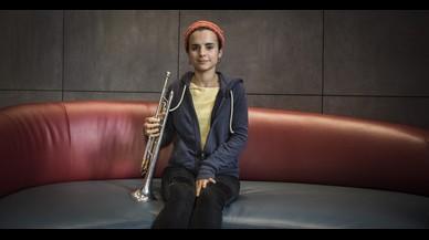 Andrea Motis,con su trompeta en el Hotel Petit Palace de Barcelona, el pasado martes.