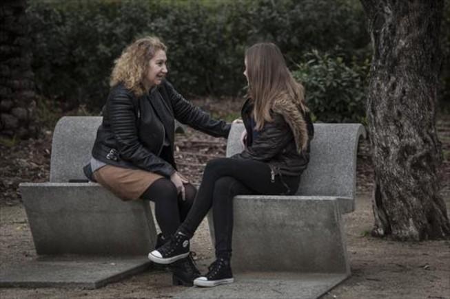 UNIDAD FAMILIAR. Ana Moral y su hija Aitana, de 14 años, suelen participar en las actividades promovidas por la Federació de Famílies Monoparentals de Catalunya.