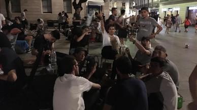 Un centenar de jóvenes hacen cola, durante la noche, para poder comprar las bambas de edición limitada, en el FootLocker del Portal del Ángel.