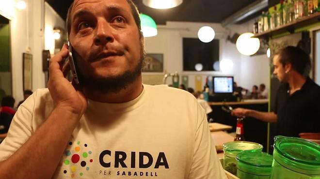 David Fernàndez simula en un vídeo una trucada a Manuel Bustos