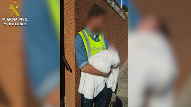 Detinguda una parella d'homes i la dona que els anava a vendre el seu nadó