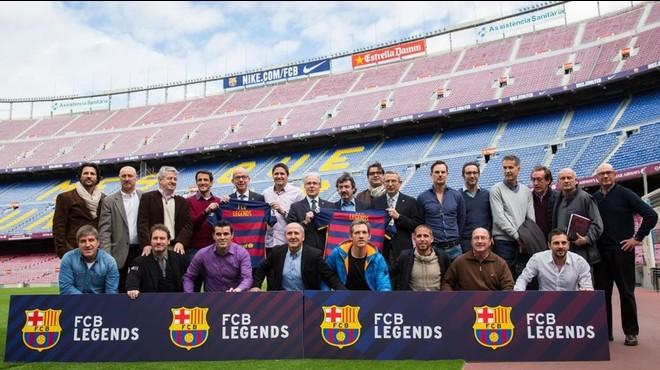 Exjugadores del Bar�a de todas las �pocas posan en el Camp Nou.