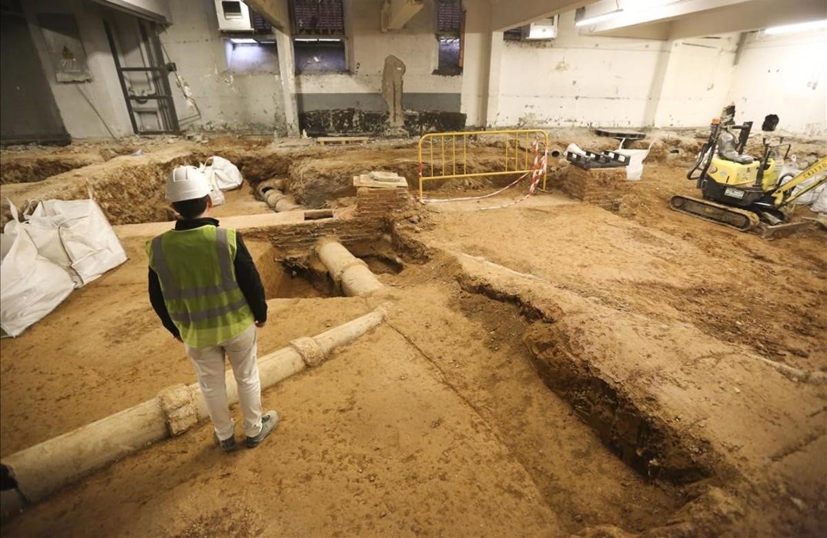 Descoberts uns 100 esquelets de fa més d'un segle al subsòl del carrer d'Aribau