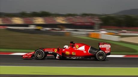 El piloto de Ferrari de Alemania Sebastian Vettel , conduce su coche durante la segunda sesi�n de entrenosen el Gran Premio de Espa�a de F�rmula Uno en el circuito de Barcelona Catalunya en Montmel� viernes , 8 de mayo de 2015. ( Foto AP / Andres Kudacki ) �