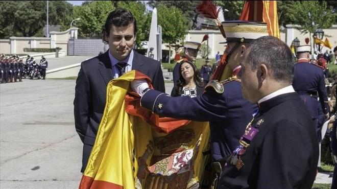 Les jures de bandera de personal civil es disparen