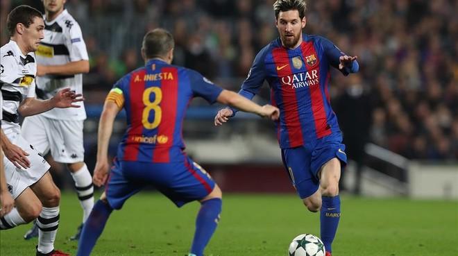 Iniesta espera el pase de Messi en el partido ante el Borussia.
