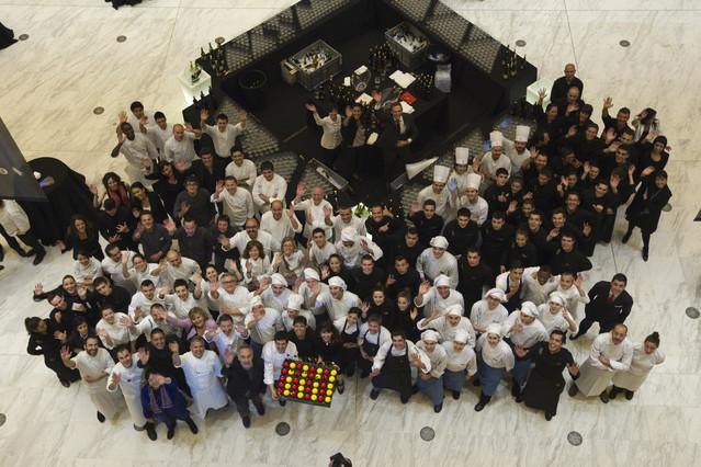 Los cocineros encargados de preparar la cena de la gala del Català de l'Any en el Teatre Nacional de Catalunya.