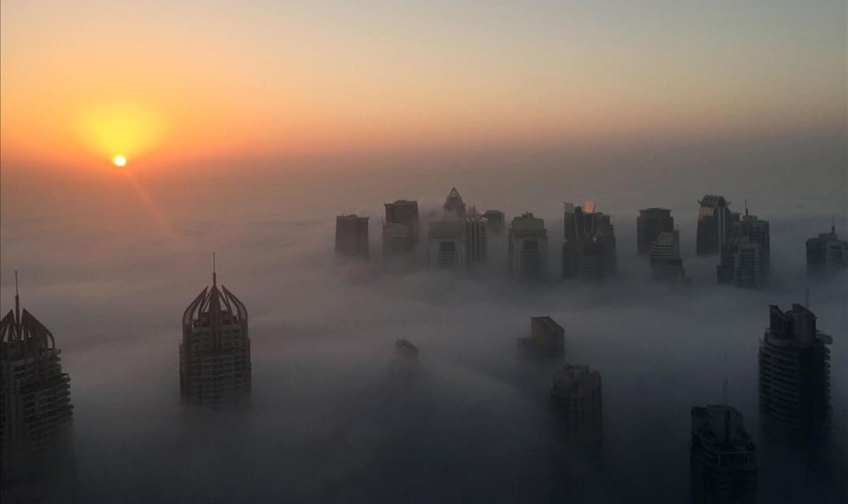 Mañana de niebla en Dubai.