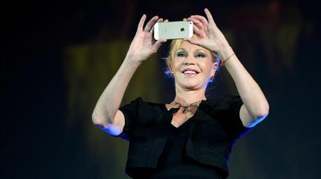 Melanie Griffith toma fotos con su m�vila su llegada a la proyecci�n del filme'Lucy', enla inauguraci�n del Festival Internacional de Cine de Locarno (Suiza), el pasado 6 de agosto.