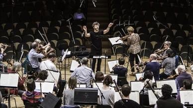 Pablo Heras-Casado dirige a la Orquesta Barroca de Friburgo e Isabelle Faust en uno de los ensayos del concierto.