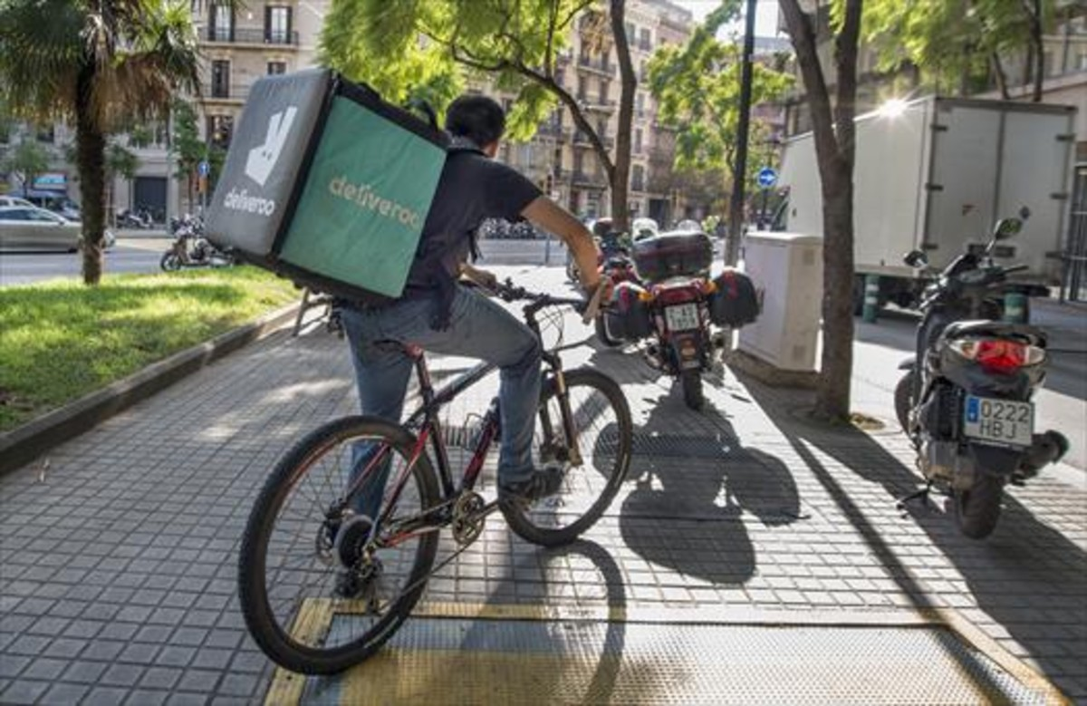 repartidores de deliveroo protestan en barcelona por sus