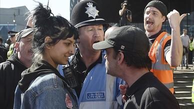 La jovenSaffiyah Khan se encara con uno de los meimbros del grupo británico de extrema derechaLiga de Defensa Inglesa (EDL), en su siglas en inglés, en Birmingham el pasado 8 de abril.
