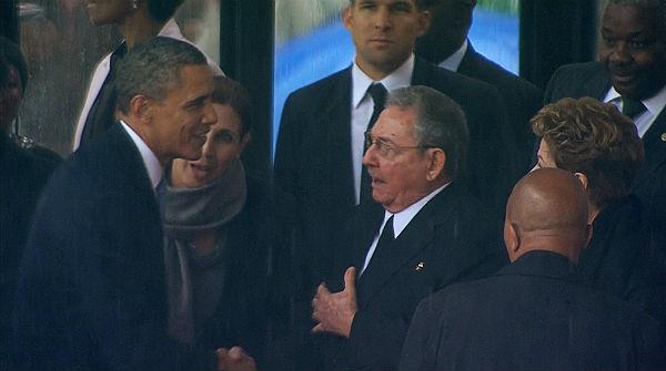 Obama i Raúl Castro es donen la mà en el funeral de Mandela