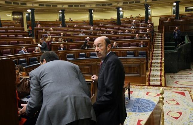 """Rubalcaba pide al Gobierno que cambie su política para no dejar a nadie """"en la cuneta"""""""
