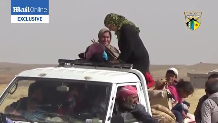 Varias mujeres se quitan sus niqabs mientras cantan y ríen en señal de liberación.