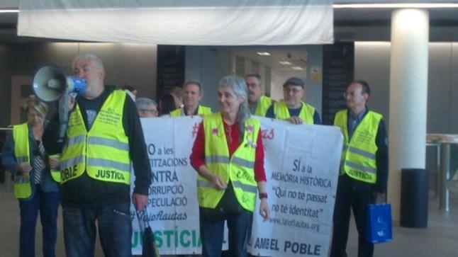 Yayoflautas y la PAH protestan en la Ciudad de la Justicia