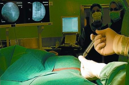 El doctor Lluís Orozco, en el quirófano.