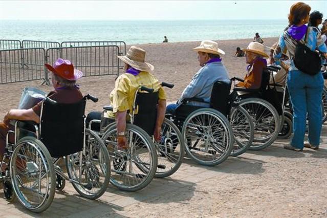 Sanitat rebaixa en un 15 el pagament a cuidadors familiars - Sillas para subir escaleras personas mayores ...