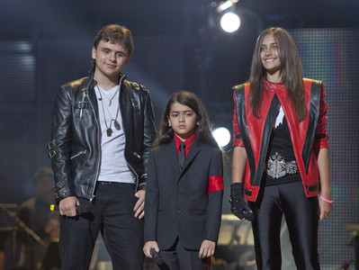 Desde la izquierda, los hijos de Michael Jackson: Prince Jackson, Prince Michael II &#34;Blanket&#34; Jackson y Paris Jackson a su llegada al Millennium Stadium