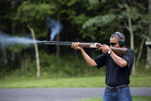 Barack Obama hace pr�cticas de tiro en Camp David.