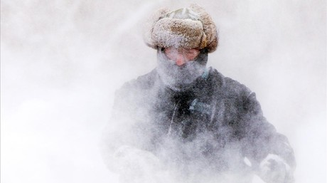 Garret Kelenske intentando sacar la nieve en Muskegon Heights, Michigan.