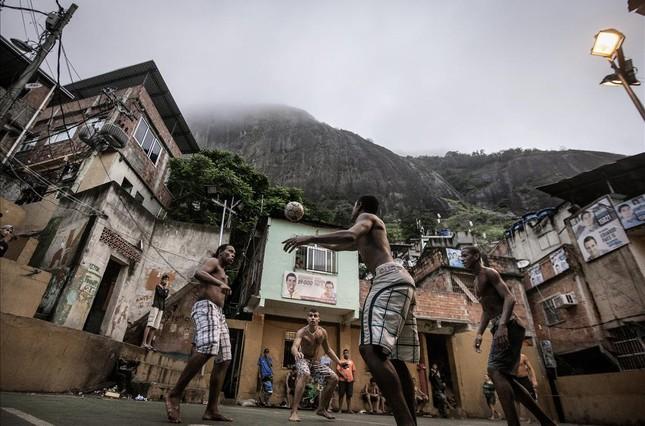 Fotografía del reportaje Pacificación, de Rafael Fabrés, sobre las intervenciones policales en las fabelas de Brasil, en el Institut dEstudis Fotogràfics