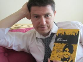 Xavier Gual presenta la seva nova novel·la {Off} the {record}