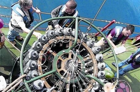 Unos cient�ficos de la expedici�n Malaspina, junto a la roseta del buque 'Hesp�rides', instrumento dedicado a tomar muestras a profundidades diversas.