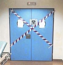 Personal del Carlos III se equipa para atender a García Viejo, el 22 de septiembre, y zonas precintadas en el Hospital de Alcorcón, ayer.