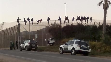 Decenas de inmigrantes han protagonizado un nuevo intento de entrada a Melilla, el segundo en cuarenta y ocho horas, y al menos una quincena de ellos permanecen encaramados en la valla en las proximidades del cementerio musulm�n