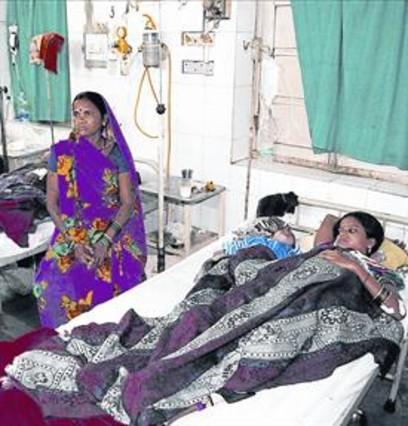 Algunas de las víctimas de la esterilización en Chhattisgarh, en el 2014, hospitalizadas.