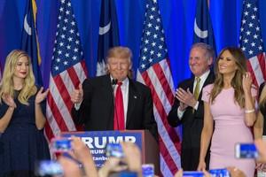 Donald Trump junto a su hija Ivanka, tras imponerse en las primarias republicanas en Carolina del Sur