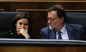 Mariano Rajoy y Soraya Sáenz de Santamaría siguen la intervención de Pedro Sánchez en el debate de investidura.