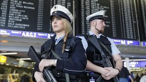 Agentes alemanes hacen guardia en una terminal del aeropuerto de Fráncfort, este martes.