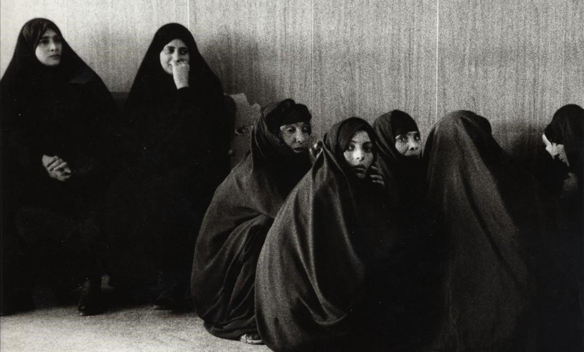 Foto de Stanley Greene de mujeres en Faluya, Irak.