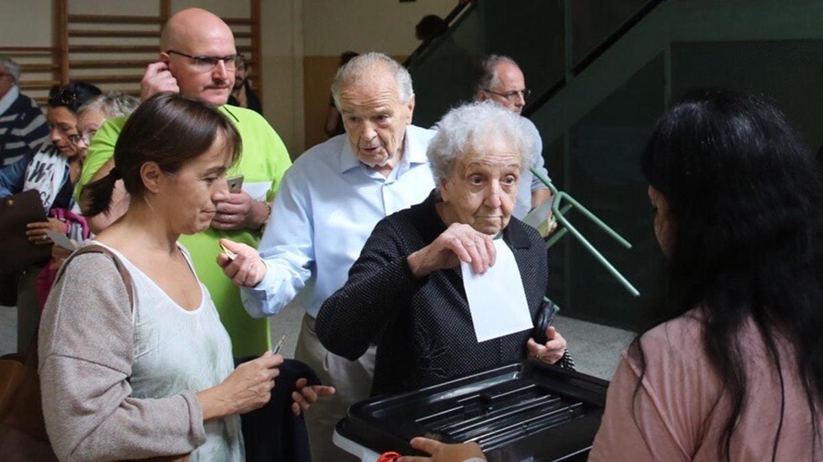 Se ha reemprendido las votaciones en el Col.legi Verd, de Girona, tras irse la policía.
