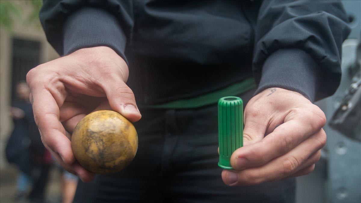 Una de las balas de goma y de los proyectiles disparados esta mañana en la escuela Ramon Llull.