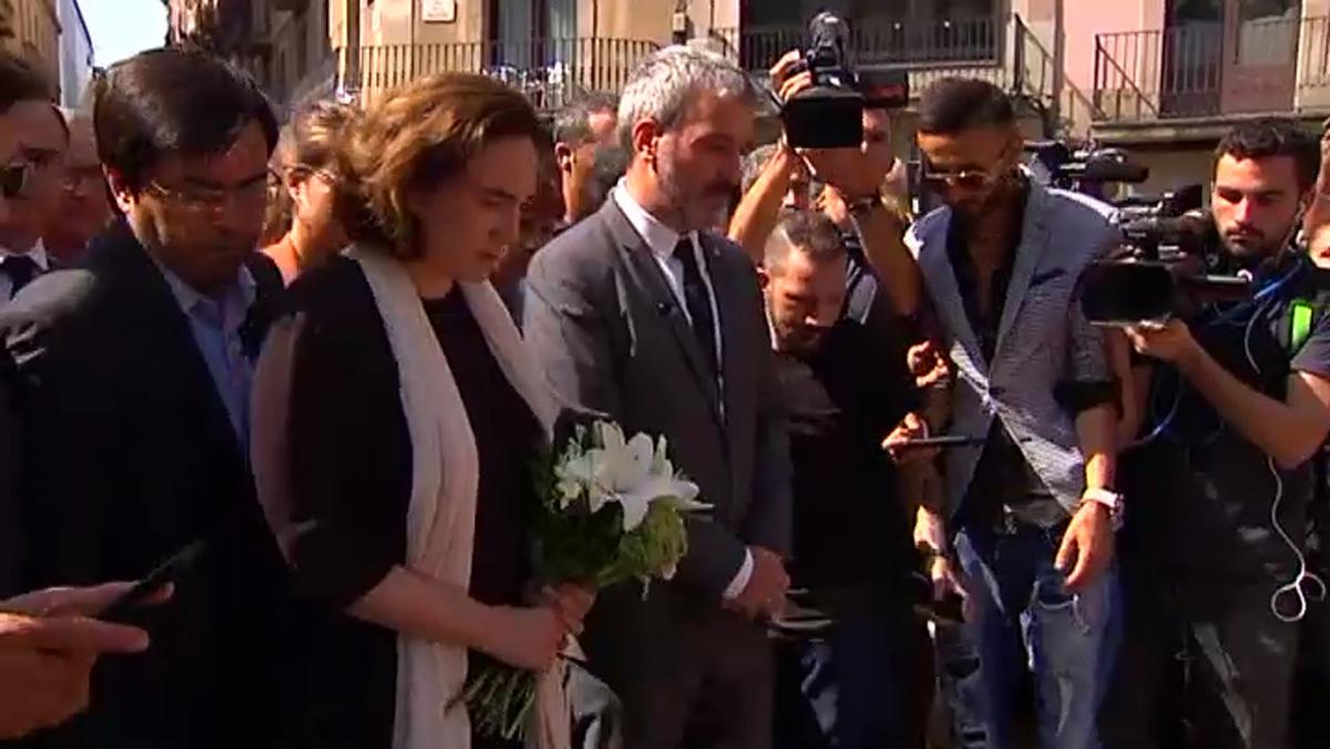 La alcaldesa Ada Colau durante la ofrenda en recuerdo a las víctimas en Las Ramblas.